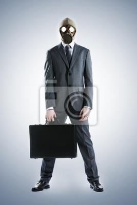 Portret biznesmena w masce gazowej z walizką