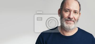 Naklejka Portret brodaty dojrzały dorosły przypadkowy biznesmen patrzeje w kamerę