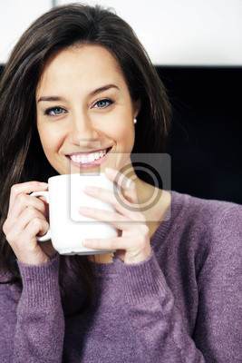Portret cute młoda dama z filiżanką kawy