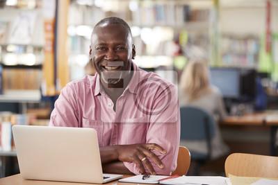 Naklejka Portret Dojrzały Męski uczeń Używa laptop W bibliotece
