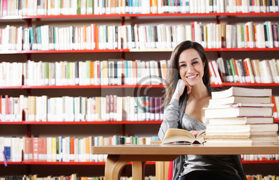 Naklejka Portret dziewczyna studentów studiuje w bibliotece