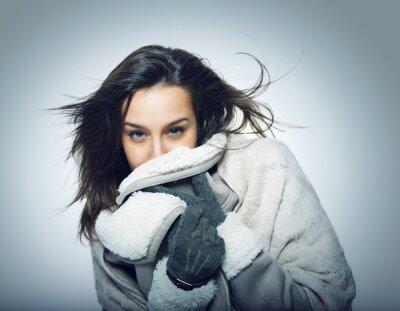 Portret Dziewczyna z flying włosów i odzieży zimowej