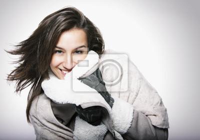 Portret Dziewczyna z włosem i ubraniem zimowym