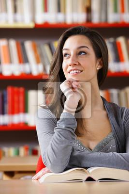 Portret dziewczyny studentów studiujących w bibliotece