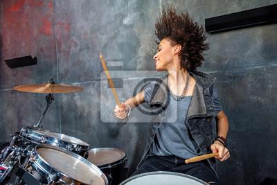 Naklejka Portret emocjonalnego kobieta gra na perkusji w studio, koncepcja rocka perkusista