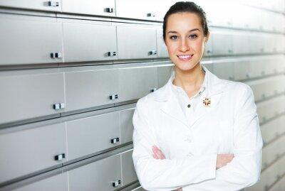 Portret kobiety farmaceuty w aptece