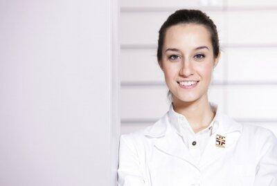 Portret kobiety farmaceuty w aptece, kopia przestrzeń