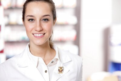 Portret młoda pracownika opieki zdrowotnej i farmacji w tle.