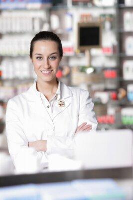 Portret młodego pracownika opieki zdrowotnej i farmacji w tle.