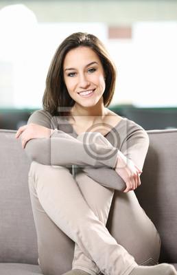 Portret młodej kobiety atrakcyjne w domu