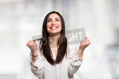 Naklejka Portret młodej kobiety bardzo zadowolony