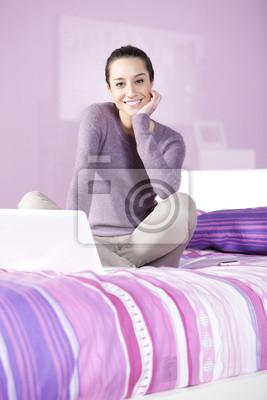 Portret młodej kobiety relaks w łóżku podczas korzystania z laptopa