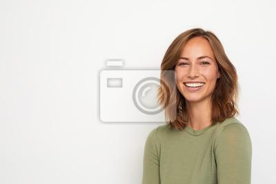 Naklejka portret młodej kobiety szczęśliwy uśmiechnięty na białym tle