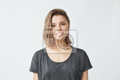 Naklejka Portret młodej pięknej dziewczyny cute wesoły uśmiecha patrząc na kamery na białym tle.