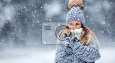 Naklejka Portret młodej pięknej kobiety w zimowe ubrania i silny śnieg.