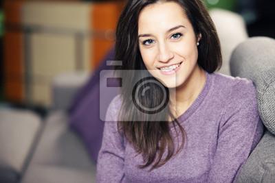 Portret piękne młoda kobieta na kanapie