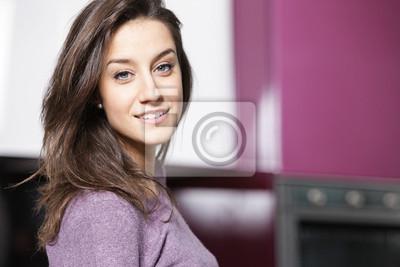 portret pięknej młodej kobiety w kuchni