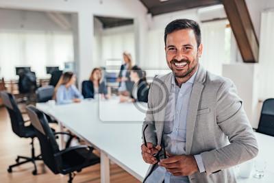 Naklejka Portret przystojny lider biznesu.