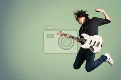 Naklejka Portret skaczącego muzyka podczas gry