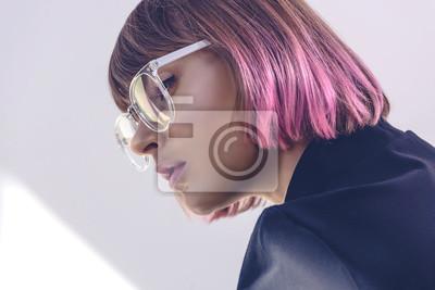 Naklejka portret stylowa dziewczyna z różowymi włosami i okulary na biały