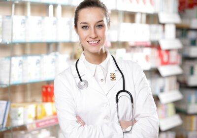 Portret uśmiecha się młoda kobieta z stetoskop farmaceuty