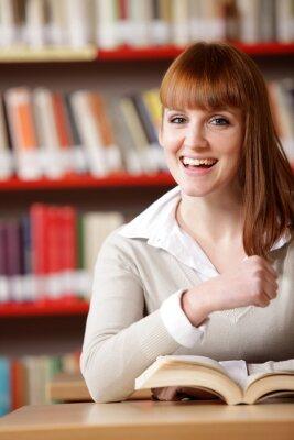Portret uśmiechnięta dziewczyna rasy teen w bibliotece