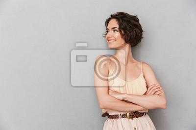 Naklejka Portret uśmiechnięta młodej kobiety pozycja z rękami składać