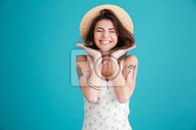 Naklejka Portret wesoły uśmiechnięta dziewczyna w słomianego kapelusza