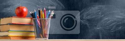 Naklejka Powrót do szkoły. Akcesoria, książki i świeże jabłko przeciwko chalkboard