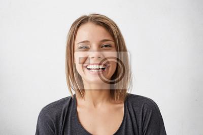Naklejka Pozytywne ludzkie mimiki i emocje. Weso? A atrakcyjna nastoletnia dziewczyna z fryzjk? Bob grinning szeroko, wykazuj? C jej idealne bia? E z? Bów w aparacie podczas wydatk? Mi? Y czas wewn? Trz
