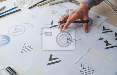 Naklejka Projektant graficzny proces tworzenia rysunku szkic projekt kreatywny Pomysły szkic Logo marki znaku towarowego grafika. Koncepcja studio graficzne projektanta.