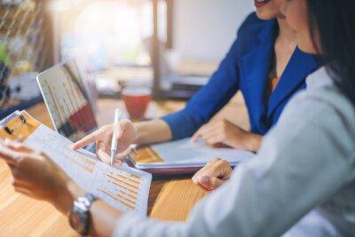 Naklejka Przedsiębiorcy analizujący dane w pracy zespołowej na potrzeby planowania i uruchamiania nowego projektu.