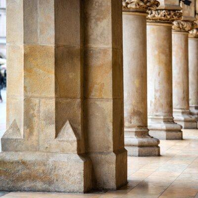Naklejka Przejście gotyckiej sali z kolumnami