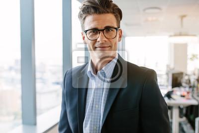 Naklejka Przekonana starsze biznesmen stoj? Cy w biurze