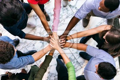 Naklejka Przestrzeń robocza: zespół różnorodnych pracowników umieścić ręce razem