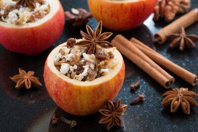 Naklejka przygotowane do pieczenia nadziewanych jabłkami na czarnym tle