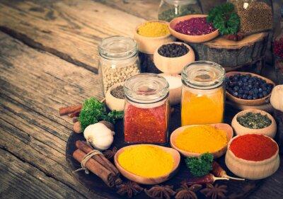Naklejka Przyprawy i zioła na drewnianym stole