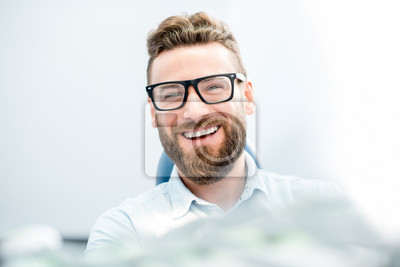Naklejka Przystojny biznesmen z wielkim uśmiechem siedzi na fotelu dentystycznym