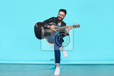 Naklejka przystojny muzyk gra na gitarze