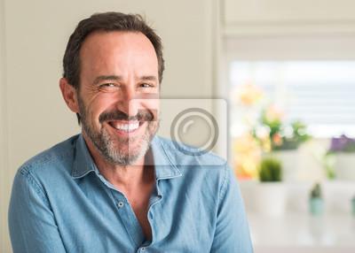 Naklejka Przystojny wiek średni mężczyzna z szczęśliwą twarzy pozycją i ono uśmiecha się z ufnym uśmiechem pokazuje zęby