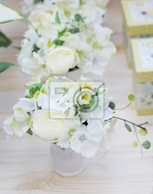Naklejka Pyszne Białe I żółte Kwiaty Sztuczne Ułożone Na Sprzedaż Na