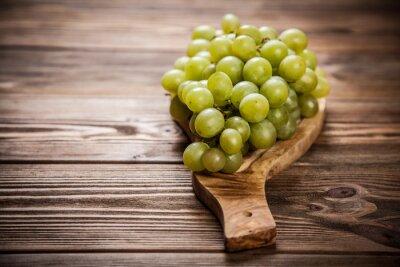 Naklejka Pyszne winogrona na stole w kuchni