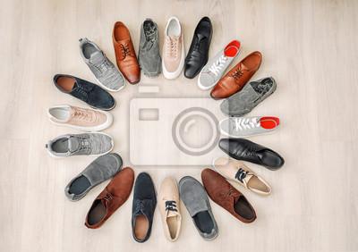 Naklejka Rama robić różni męscy buty na drewnianym tle