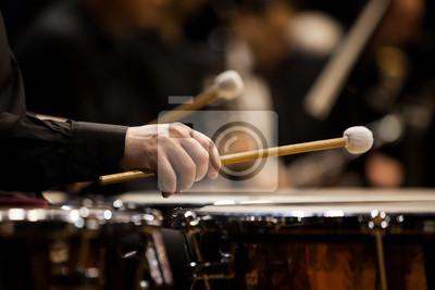 Naklejka Ręce Muzyk grający na kotły na zbliżenie orkiestry w ciemnych kolorach
