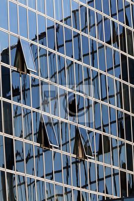 Refleksje na elewacji szklanej