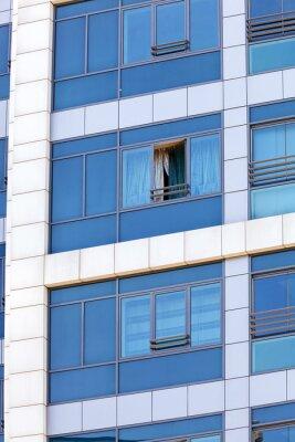 Refleksje na szklanej fasadzie