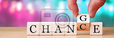 Naklejka Ręka zmienia słowo od szansy na drewniane kostki, nowy rok rozdzielczości / koncepcji celów życiowych