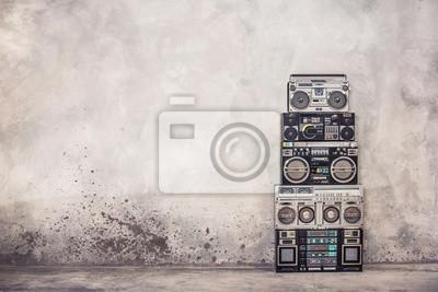 Naklejka Retro old school design getto blaster boombox stereo radio magnetofon kasetowy wieża z przodu z betonowej ściany z lat 80-tych. Filtrowane zdjęcie w stylu vintage
