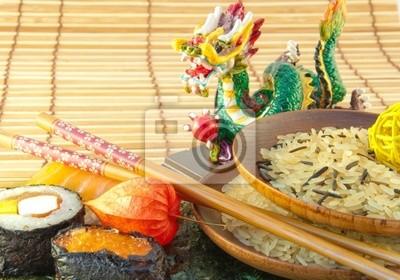 Rice w talerze talerze i trzymać żółtego na sushi.