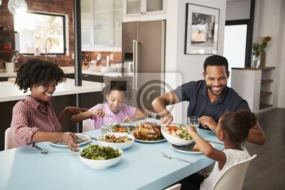 Naklejka Rodzina Cieszy się Posiłek Wokoło Stołu W Domu Wpólnie
